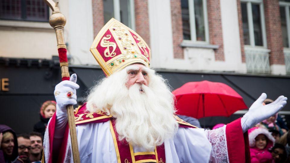 Hij komt, hij komt... De intrede van de Sint — s2016e01 — De intrede van de Sint 2016