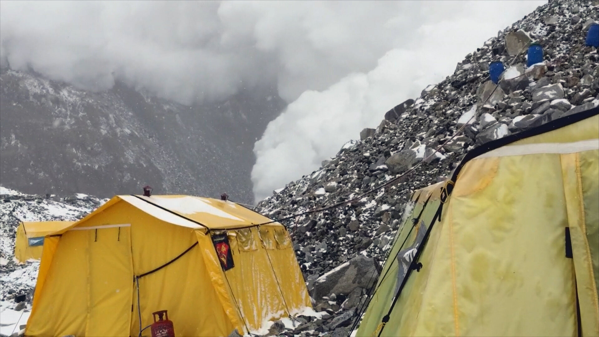 Nature Gone Wild — s01e12 — Everest Rumbles