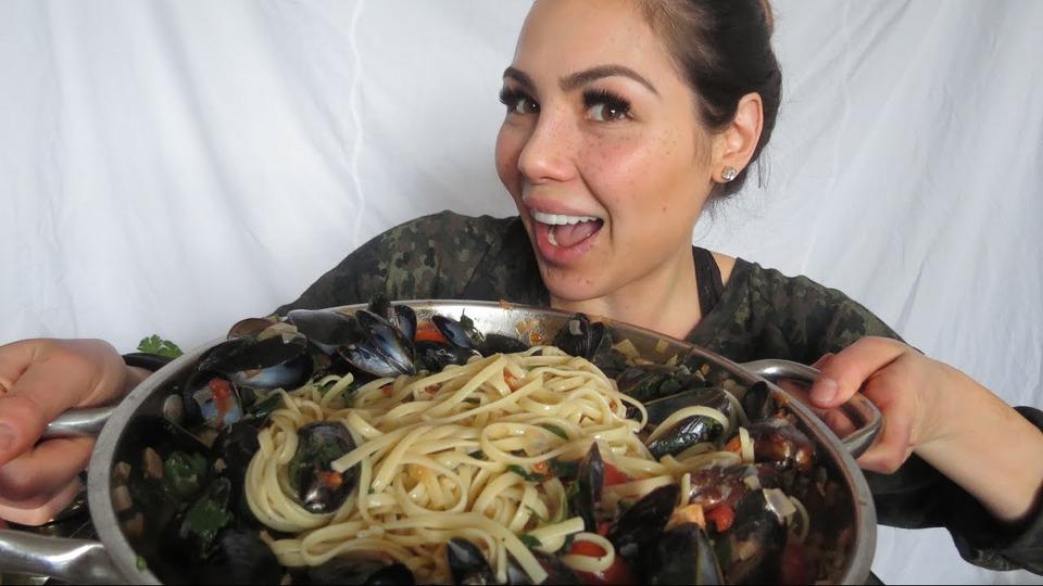 s04e10 — ENGLISH MUKBANG Seafood Pasta 먹방 Cook & Eat With Me