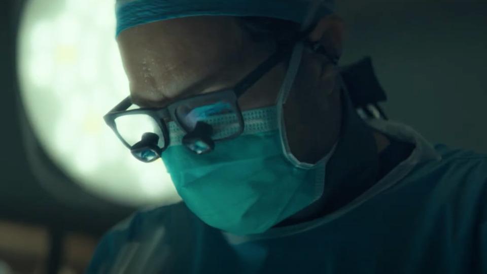 Посмотрите новый трейлер сериала Dr. Death охирурге, калечившем пациентов